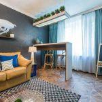 Кожаный диван в гостиной с серой стеной