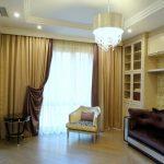 Современный зал с двухсторонними занавесками