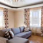 Угловой диван в гостиной с двумя окнами