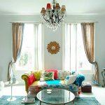 Прямой диван с пестрой обивкой