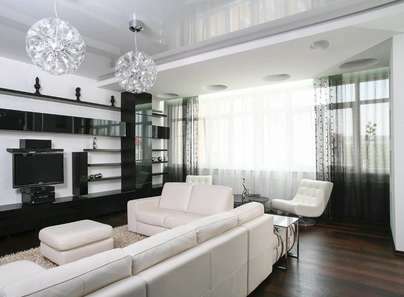 Нитяные шторы в интерьере просторной гостиной