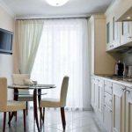 шторы из вуали в длинной кухне