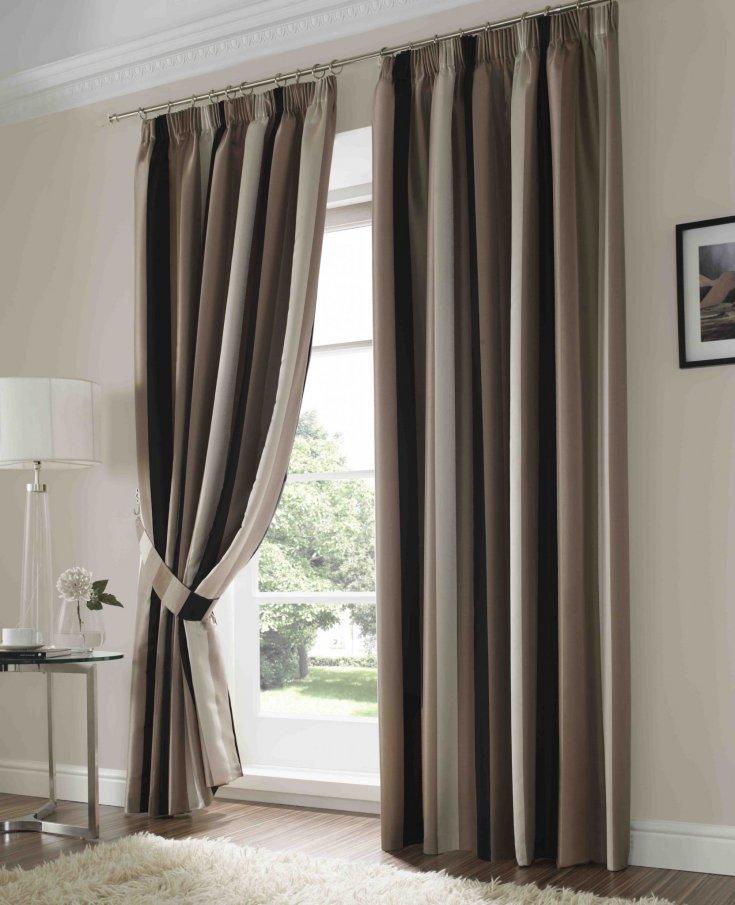 Полосатые шторы кофейных оттенков в интерьере гостиной