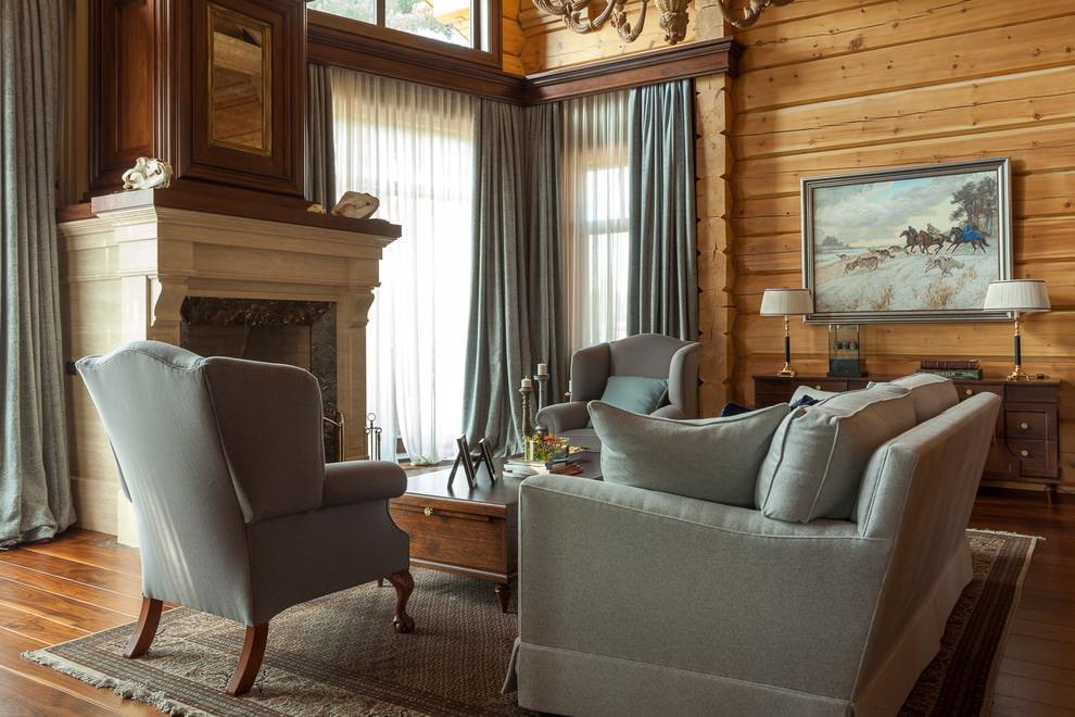 Интерьер гостиной с камином в деревянном доме