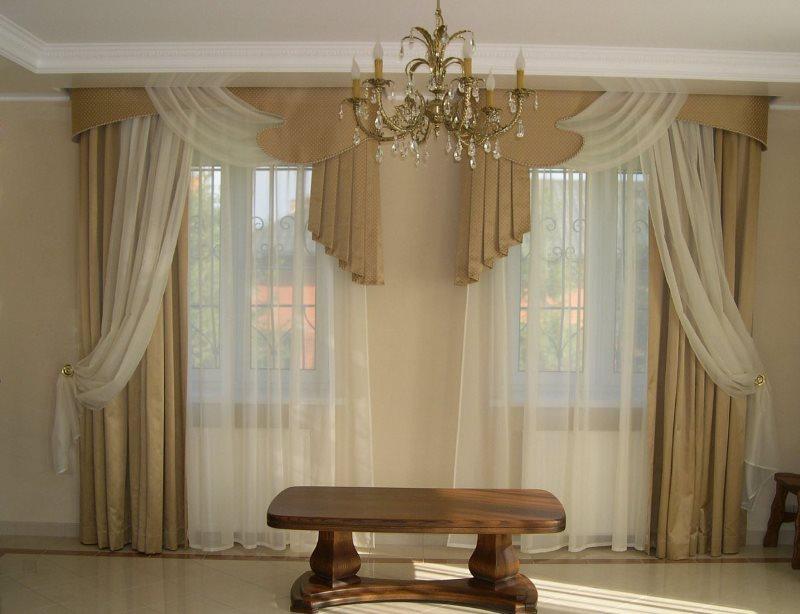 Симметричное оформление двух окон в зале загородного дома