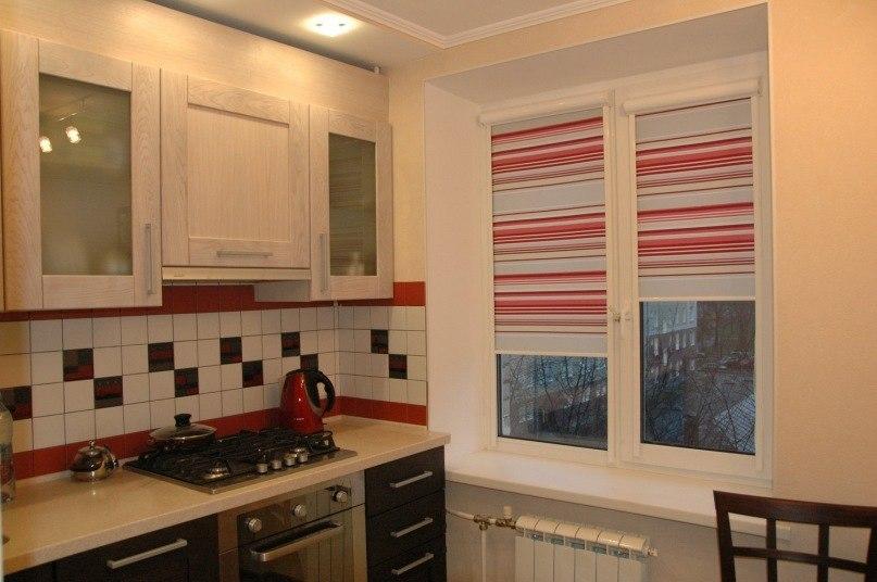 Полосатые рулонные шторы на кухонном окне