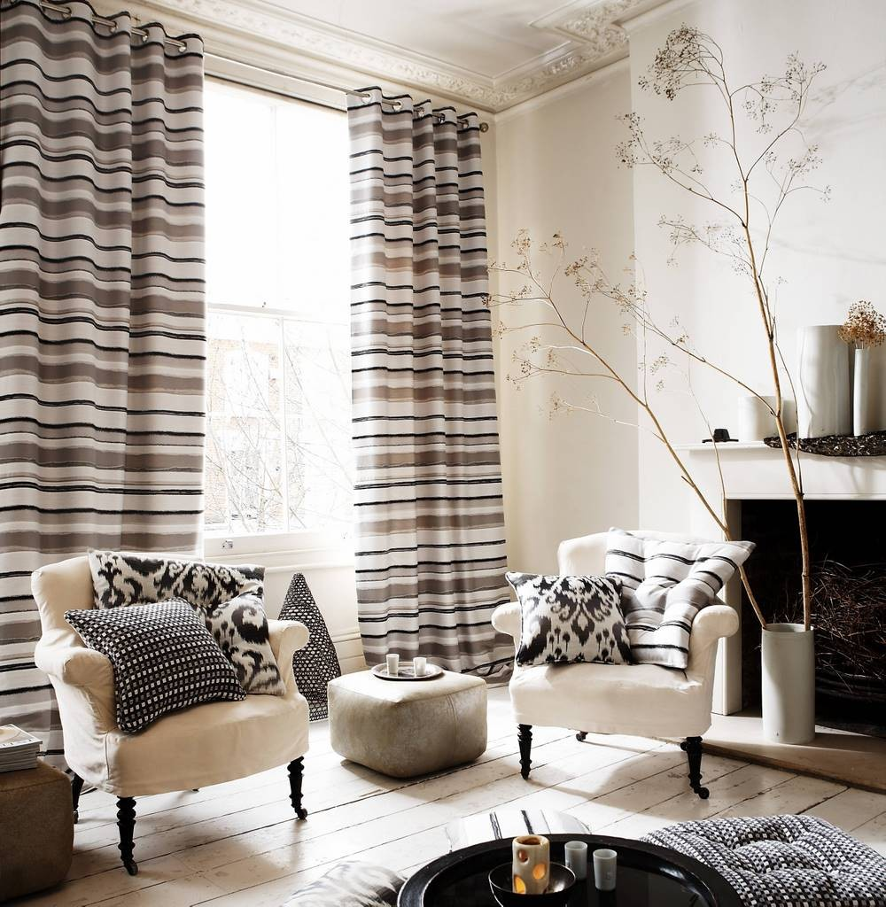 Полосатые шторы на люверсах в гостином помещении