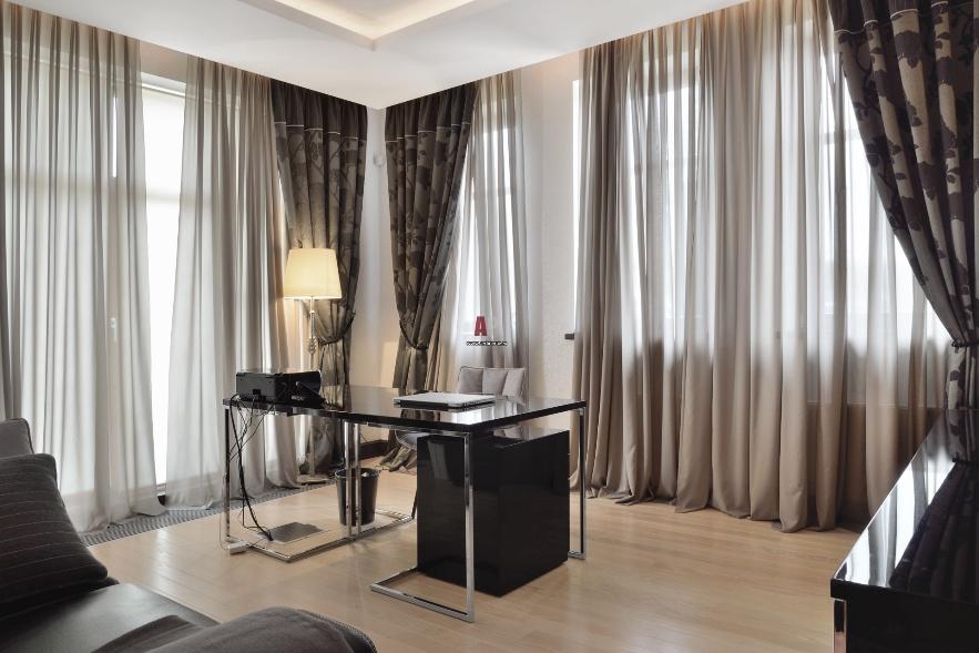 Светло-серые шторы на панорамных окнах в гостиной