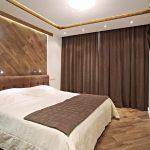 шторы на потолочном карнизе коричневые