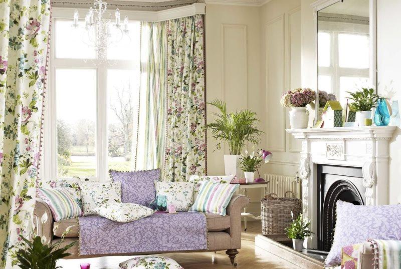 Светлая гостиная с цветочками на шторах