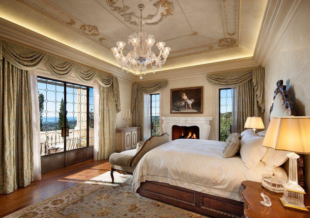 Интерьер спальни в классическом стиле с ламбрекеном на окнах