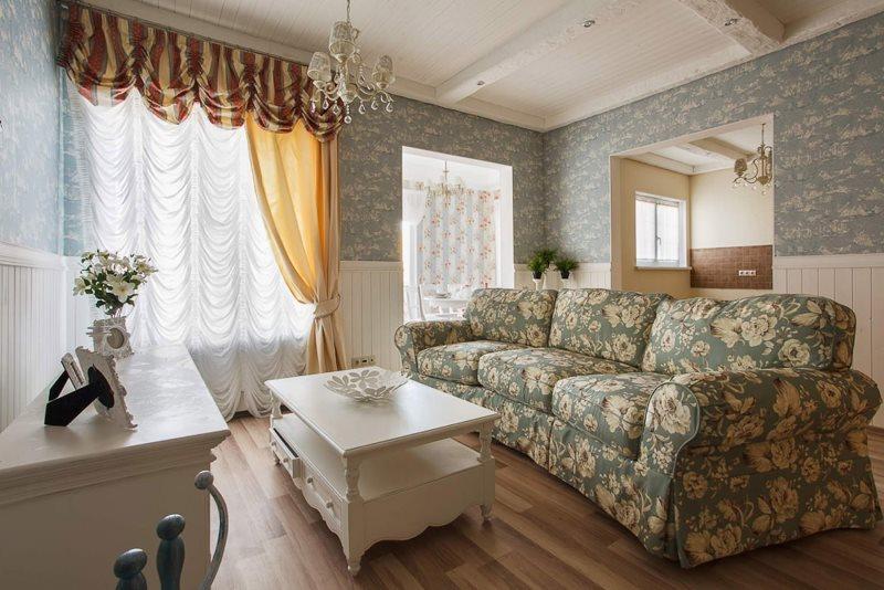 Диван с пятнистой обивкой в гостиной стиля прованс