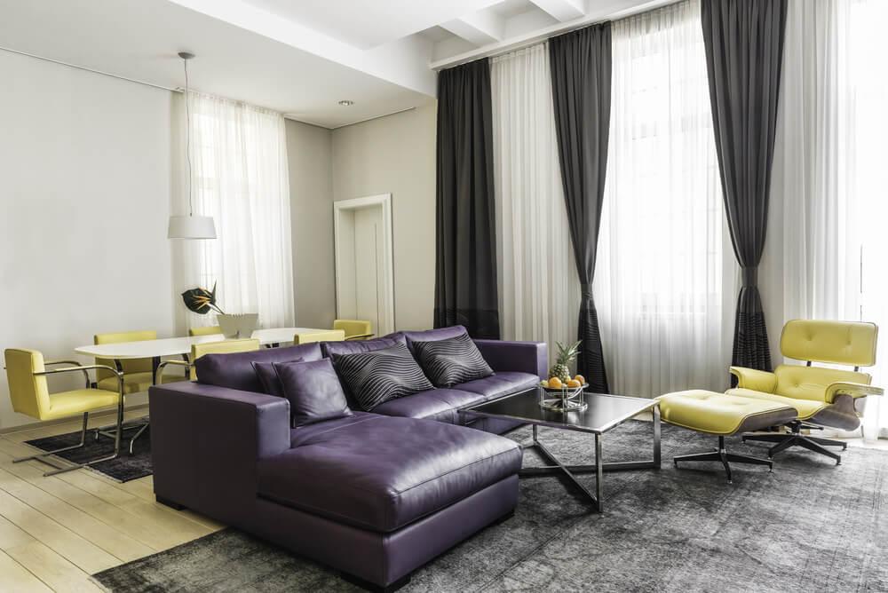 Черные шторы в гостиной стиля минимализма