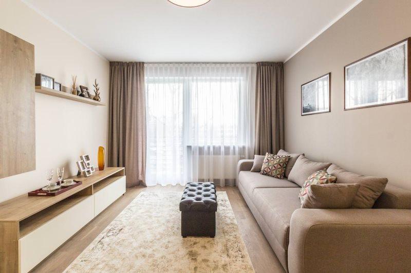 Прямые шторы в интерьере гостиной городской квартиры