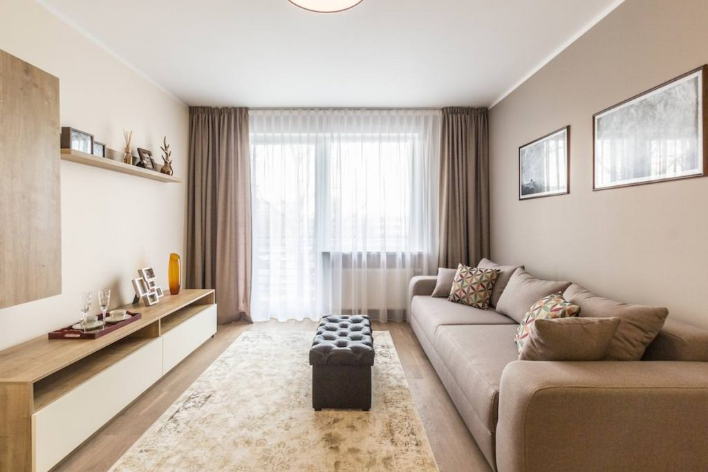 Прямые шторы без украшений в интерьере современной гостиной