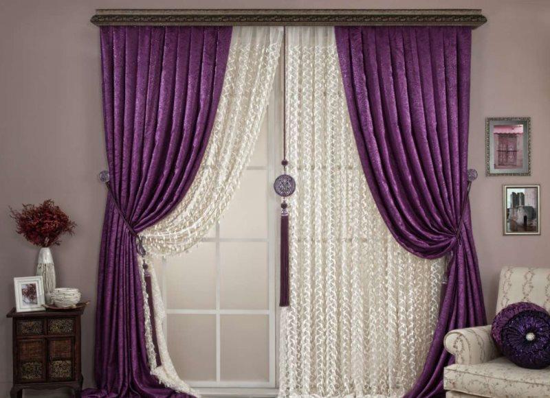 Темно-фиолетовые шторы на двери в зале