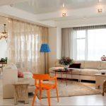 Оранжевый стул в комнате с белыми стенами
