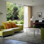 Угловой диван в гостиной с панорамным окном