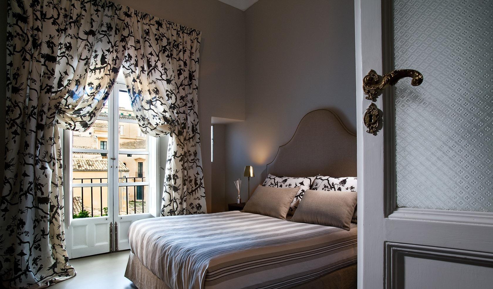 спальня с балконом шторы