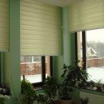 Светло-зеленые рулонные шторы для угловых окон частного дома