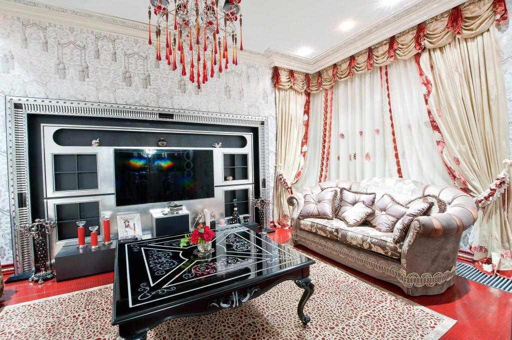 Светлые портьеры в гостиной с диваном