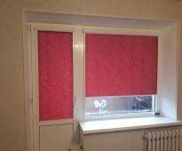 Темно-розовые рулонные шторы на дверь и окно
