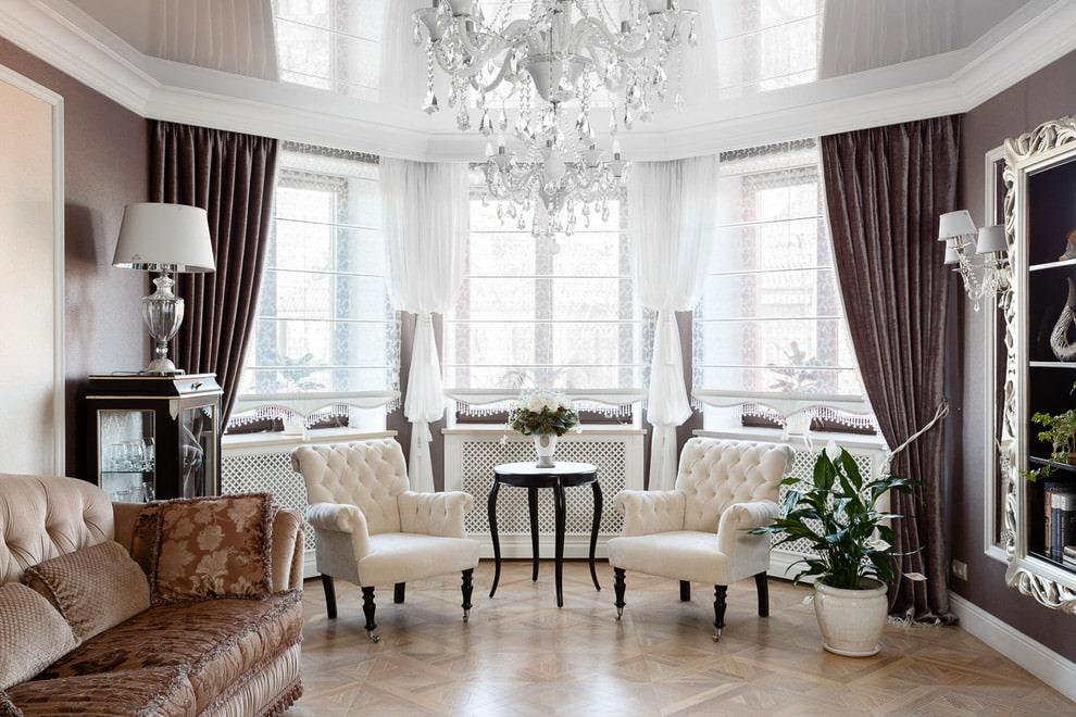 Оформление шторами эркера в гостиной классического стиля