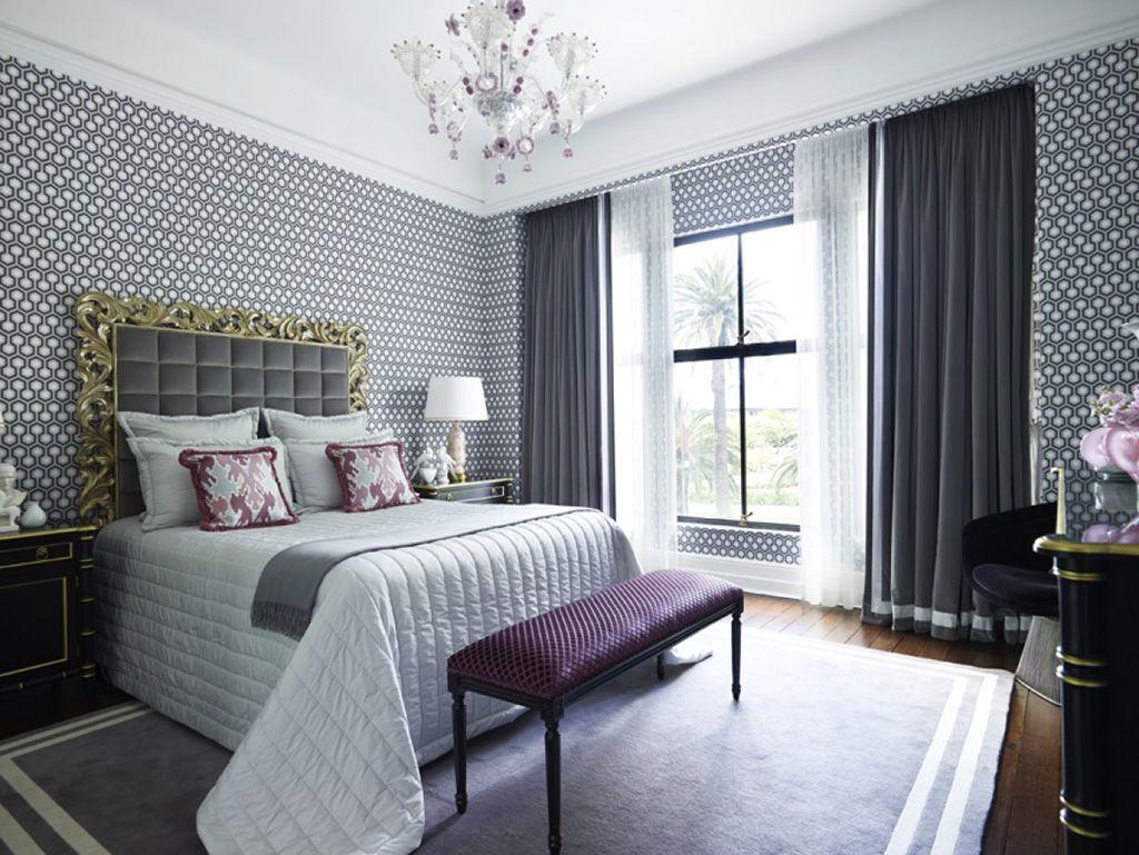 Однотонные шторы на окне в спальной комнате