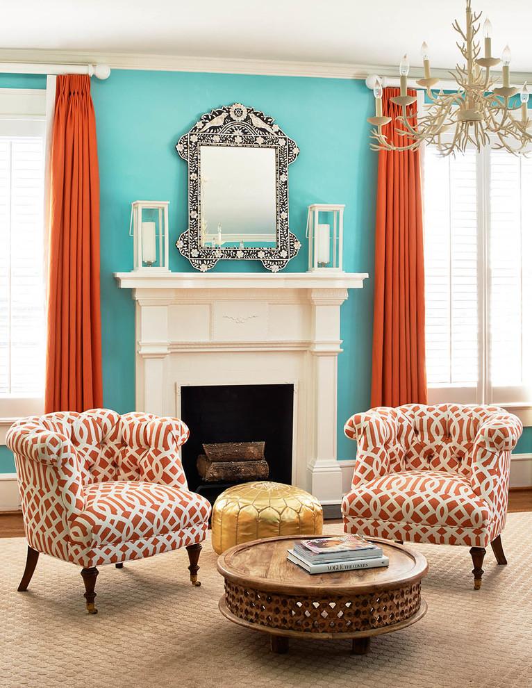 Терракотовые шторы в гостиной с камином