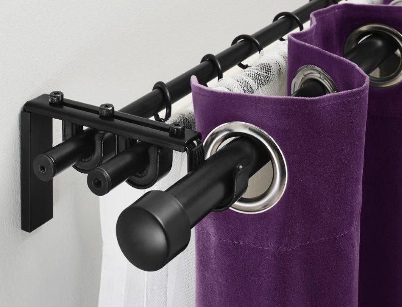 Черный карниз с фиолетовой шторой
