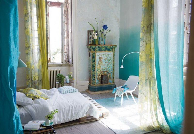 Газовый тюль в интерьере спальной комнаты