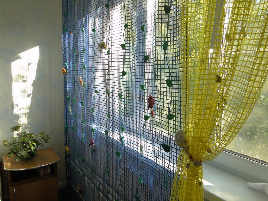 Цветной тюль-сетка с крупными ячейками квадратной формы