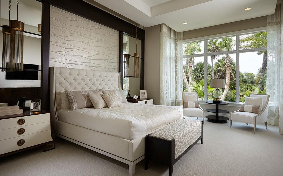 Занавески с вышивкой на окнах спальни