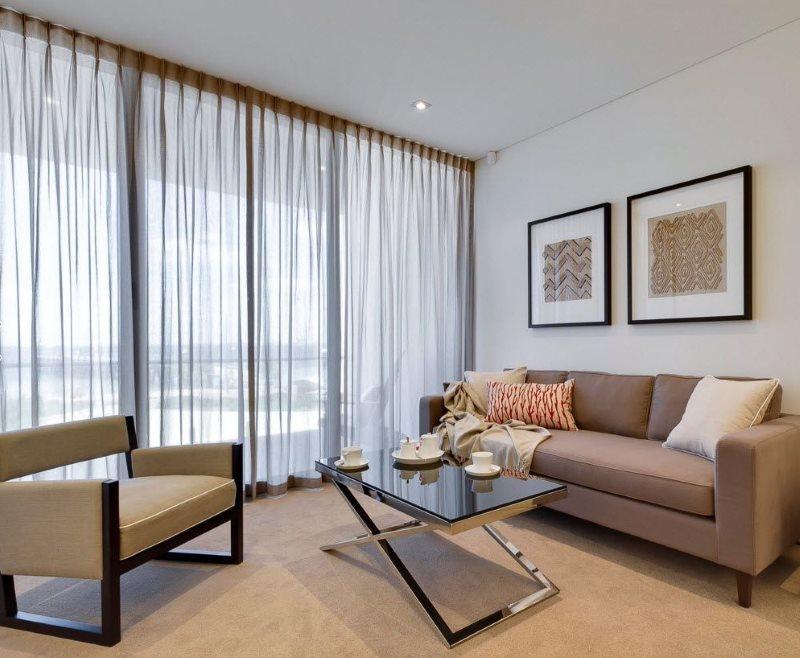Оформление панорамного окна легким тюлем без плотных штор