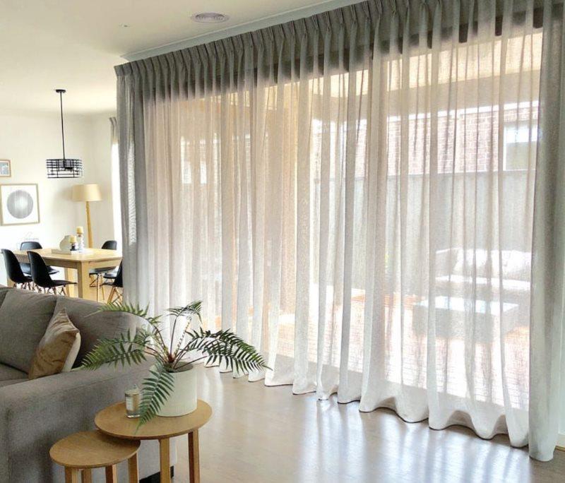 Тюль со складками на панорамном окне гостиной