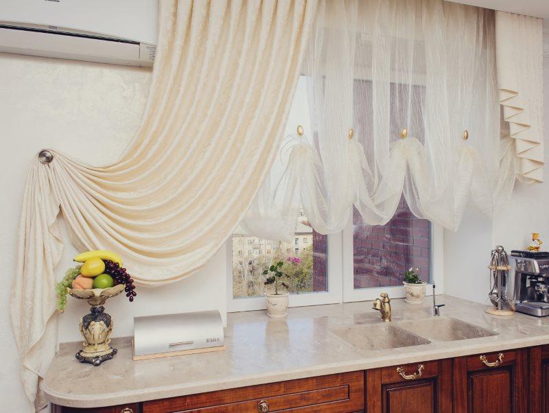 Тюль с воланами на кухонном окне с бежевой шторой