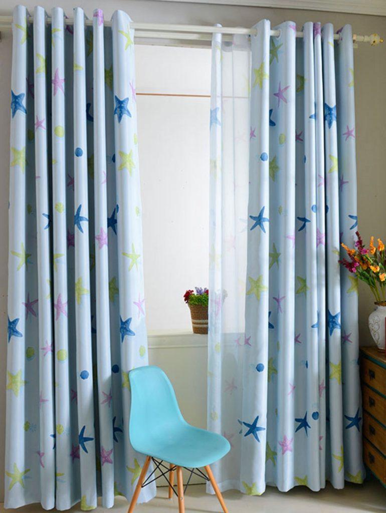 Легкие шторы с креплением на люверсах в детской комнате