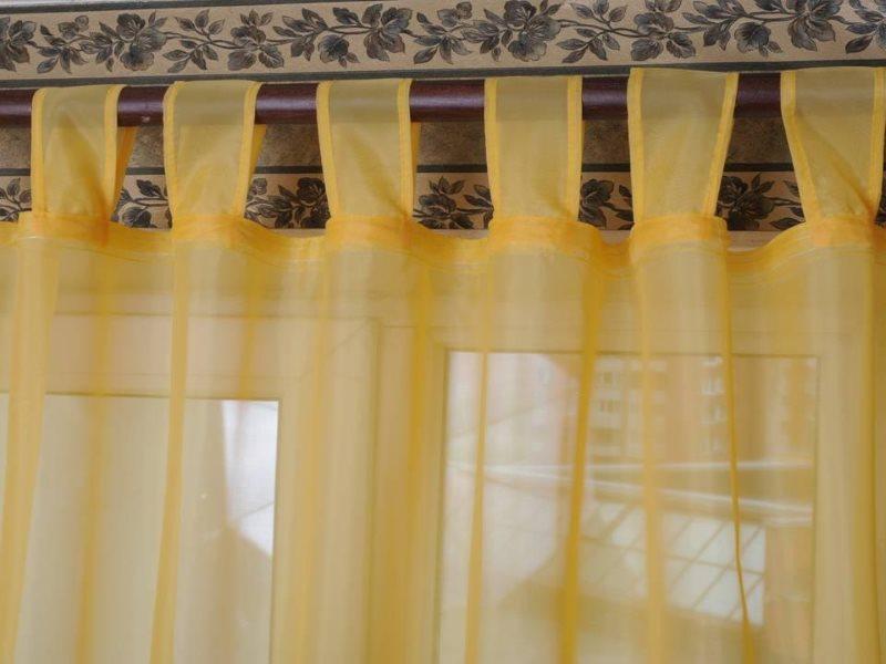 Желтый тюль с креплением на петлях