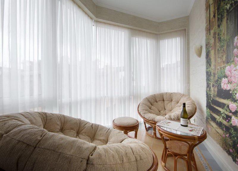 Светлый тюль в комнате с окнами на юг