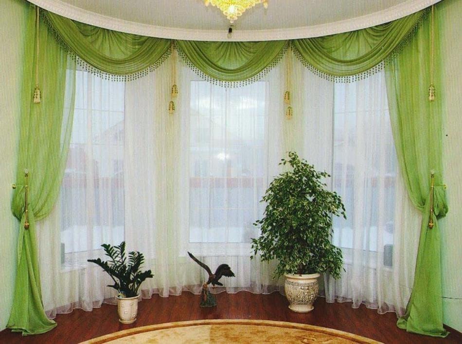 Занавеска из легкого тюля с ламбрекеном на окне эркера гостиной