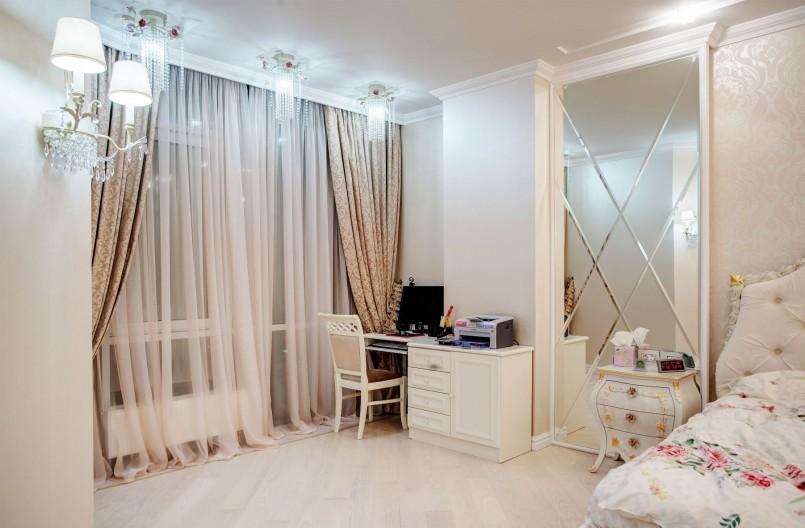 Оформление тюлем окна спальни в стиле барокко