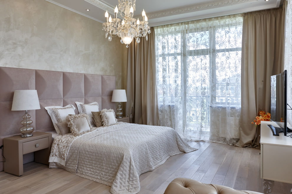 Интерьер спальни с тюлем в неброский цветочек