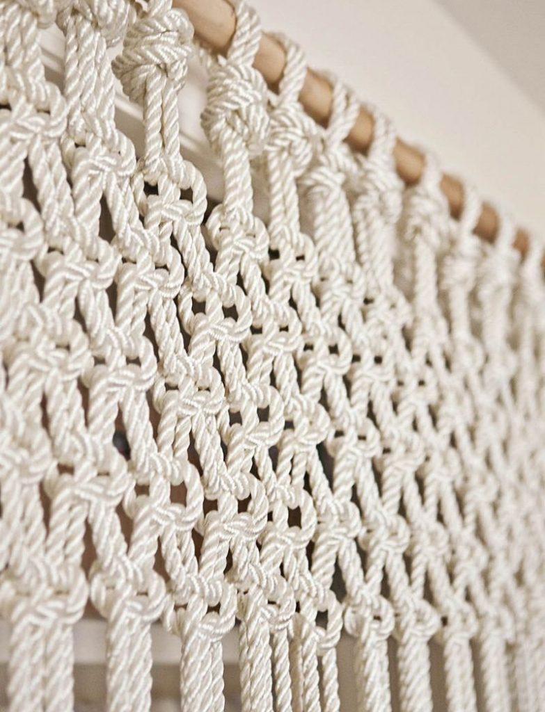 Полотно веревочной шторы из простых узелков