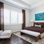 Легкие занавески из коричневой вуали в интерьере спальни