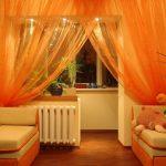 Оранжевый тюль в интерьере гостиной