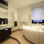 Французская штора в интерьере ванной