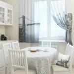 Белая скатерть с рисунком на кухонном столе