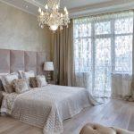 Стеклянная люстра в интерьере спальни
