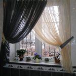 Контрастные занавески на кухонном окне
