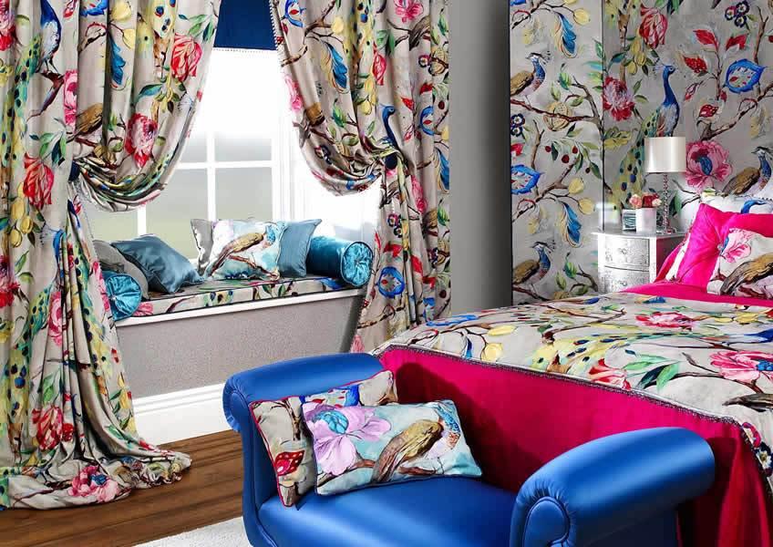Интерьер спальни с красивыми шторами в квартире молодой семьи